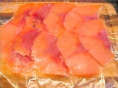 Рыбку тонко нарезать и выстелить на пленку 'чешуей' с нахлестом кусочков друг на друга.
