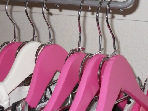 Как поместить на вешалки в шкафу больше вещей