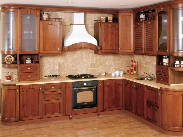 Кухня из дерева – классика надежности и красоты