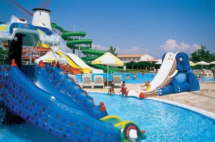 Присутствие бассейна с пресной водой, детского бассейна и не менее 2 - х горок