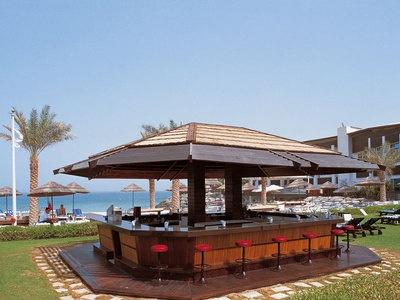 Свой песчаный ( или с мелкой галькой ) пляж с пляжным рестораном