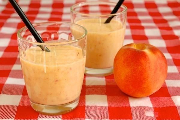Используйте не только замороженные ягоды, но и фруктыСмузи из фруктов