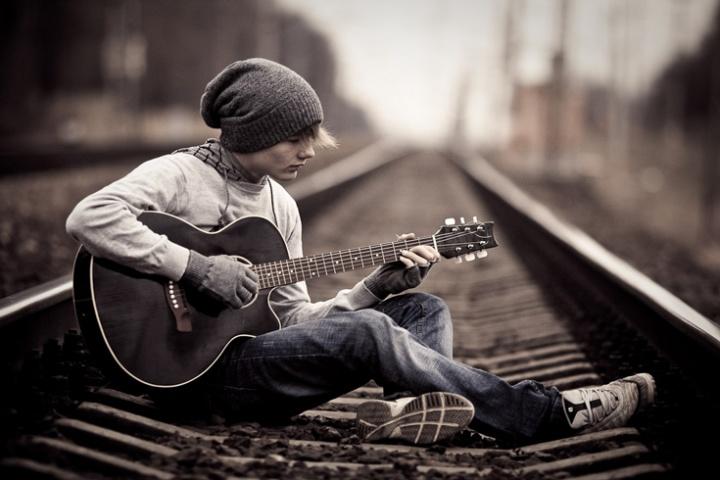 Почему гитара является очень популярным музыкальным инструментом?