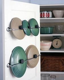 Зачем занимать место в шкафу крышками от кастрюль, если их можно хранить на дверцах этого шкафа?