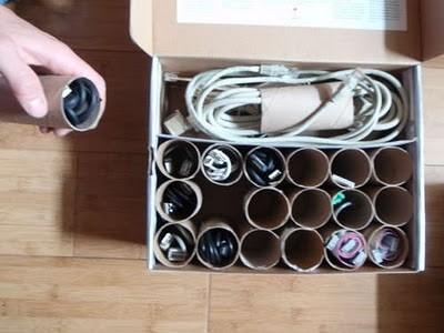 Слишком много кабелей в одном месте – это плохая идея, ведь они могут перепутаться друг с другом. Но вы можете разделить их с помощью основ из-под рулонов туалетной бумаги.