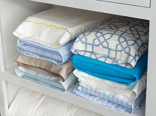Храните комплекты постельного белья в одной из наволочек. Таким образом вы не растеряете набор и вам не понадобиться перерывать груду простыней и пододеяльников, чтобы найти нужные.