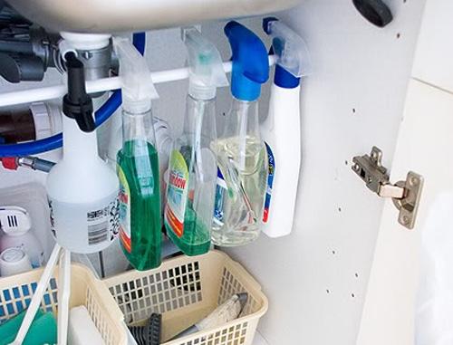 Бутылки-пульверизаторы занимают много места? Эта проблема легко решается с помощью всего лишь одной перекладины в шкафчике с моющими средствами.