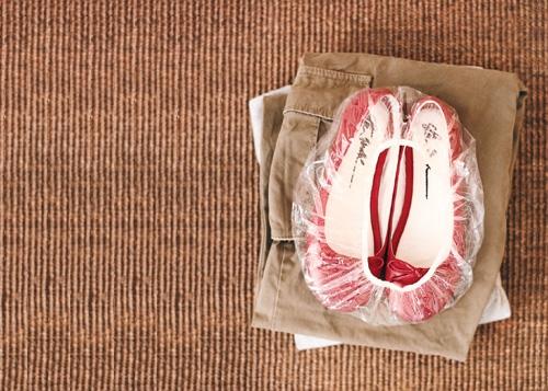Сходив в солярий, не спешите выкидывать шапочку, она очень удобна для хранения обуви.