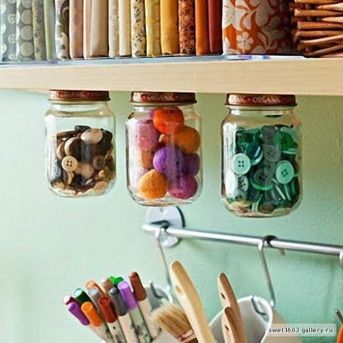 Веселая и оригинальная идея для хранения мелких предметов, для воплощения которой вам понадобится несколько стеклянных банок, полка и немного клея.