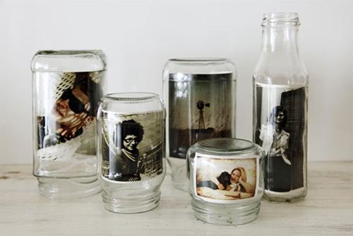 Из пустых стеклянных банок и бутылок могут получится оригинальные фоторамки.