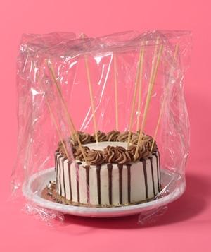 Все мы знаем, что для того, чтобы торт не засох нужно накрыть его целлофаном. Но что сделать, чтобы целлофан не примял крем? Оказывается, ответ прост – можно использовать сухие спагетти.
