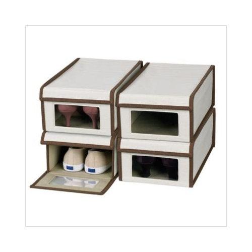 Вырежьте небольшие окошки в коробках с обувью и заклейте их с двух сторон прозрачным скотчем или же приклейте на коробки заранее распечатанные фотографии обуви, находящейся внутри. Это значительно облегчит поиски нужной пары обуви в будущем.