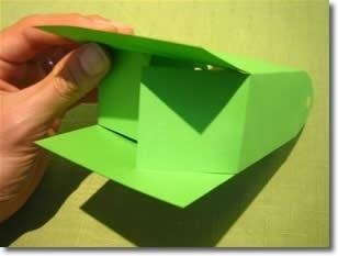 Шаг 3 Согните по пунктирным линиям нижнюю часть пакета и склейте её, смазав клеем последнюю сторону.