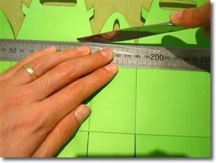 Шаг 1 Вырежьте шаблон по жирным линиям, а по пунктирным линиям проведите линейкой или тупой стороной ножа для масла.
