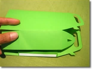 Шаг 2 Приклейте двусторонний скотч или наложите немного клея на ярлычок с одной стороны, сверните шаблон, склейте 2 стороны, чтобы получилось что-то вроде трубы.